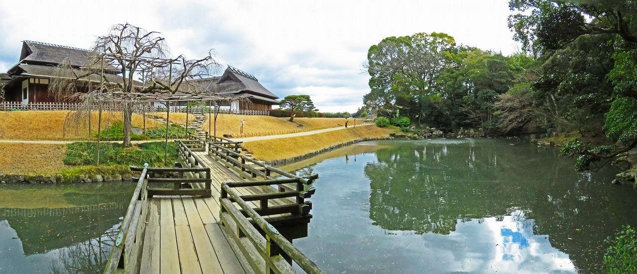 20170210 後楽園今日の園内花葉の池の栄唱橋上から眺めた葉の池のワイド風景 (1)