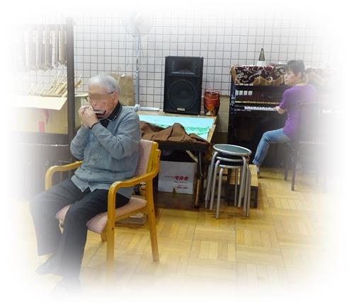 DSC08526シャロームハーモニカ演奏