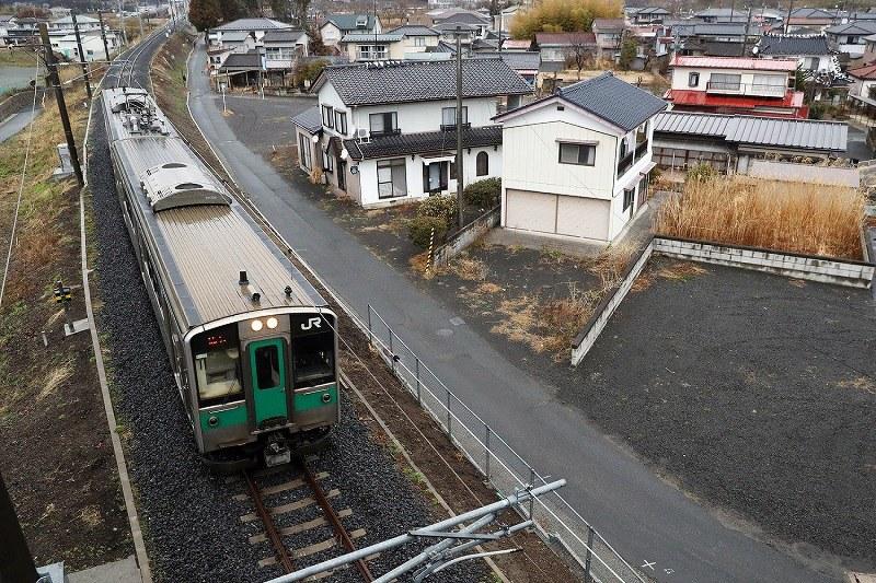 JR常磐線の浪江-小高間が再開し、約6年ぶりに浪江町を走る車両=福島県浪江町で2017年4月1日午前6時26分、喜屋武真之介撮影