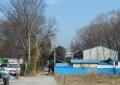 裏の道から倉庫を見る