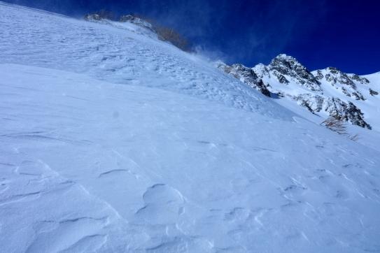 雪煙舞い飛ぶ宝剣岳