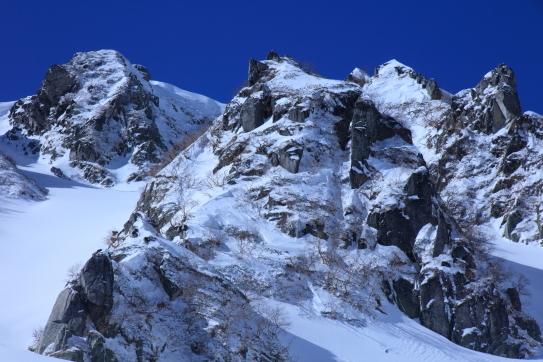 碧空に映える岩峰群