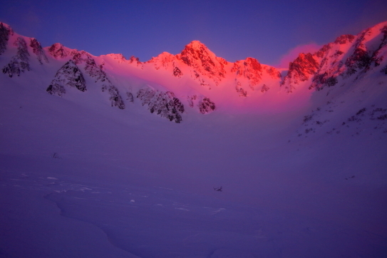 朝日を浴びて薔薇色に輝く宝剣岳