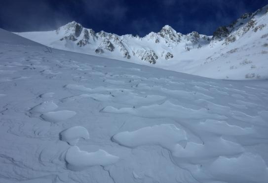 シュカブラの雪原と宝剣岳