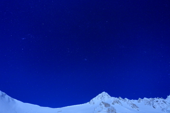 星空と雪稜