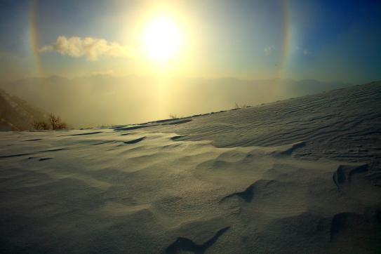 雪原と南アルプスを擁する朝の日傘