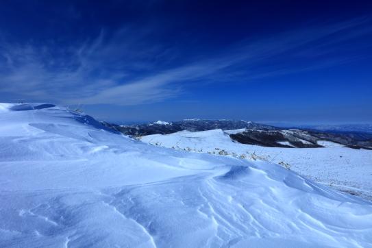 シュカブラと雲の映える車山の山頂