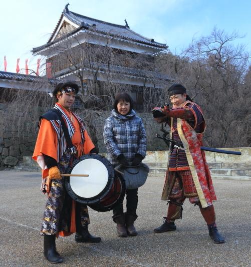 真田城を背後に記念写真