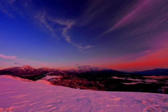 朱色に染まる残照の八ヶ岳と雲