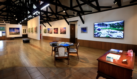 受付と展示ホール-1