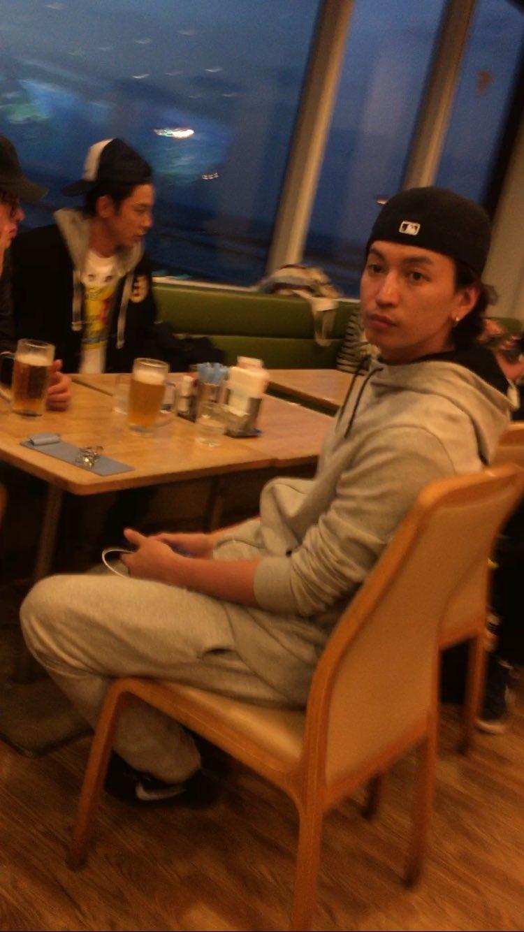 【画像】関ジャニと那覇空港で遭遇→横山裕が『紅芋タルト』を山のように買ってたンゴwwwww