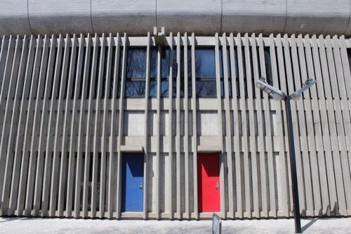 0077:東京文化会館 ルーバーとカラフルな扉