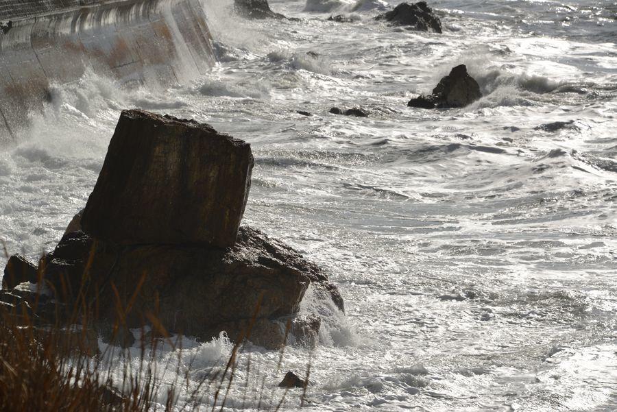 冬の日本海 打ち寄せる-1