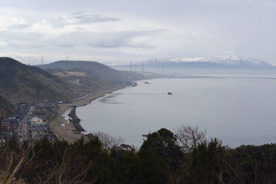 原発の見える海岸-1