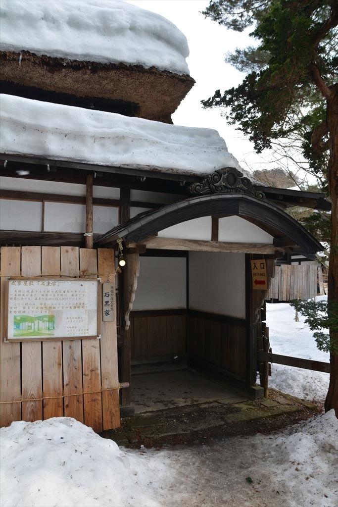 懸魚の付いた立派な正玄関とやや小ぶりの脇玄関_3