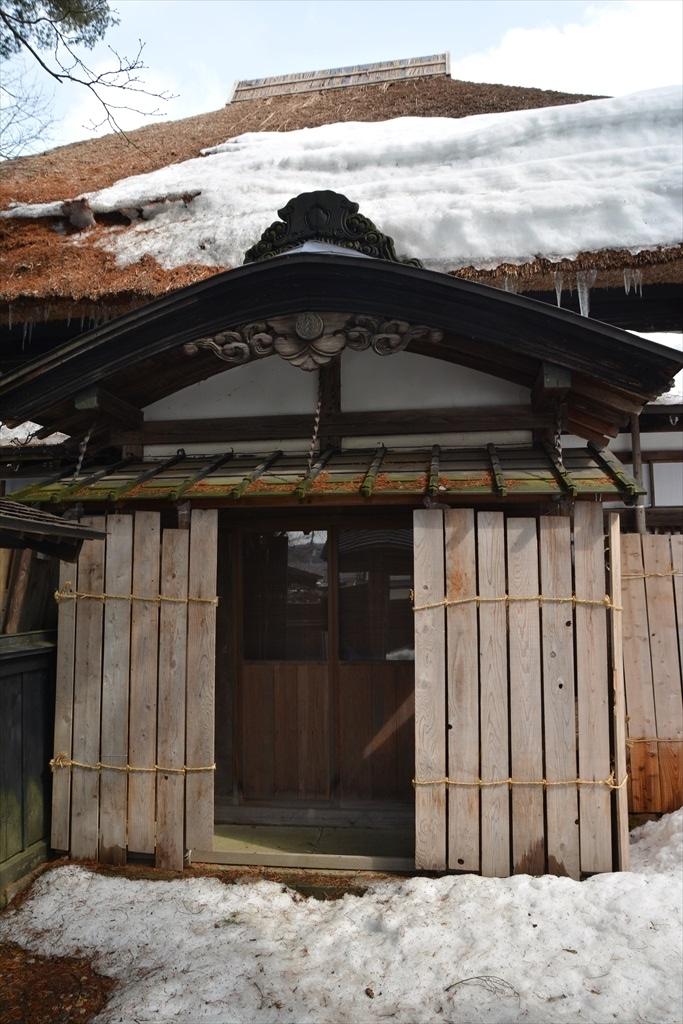 懸魚の付いた立派な正玄関とやや小ぶりの脇玄関_2