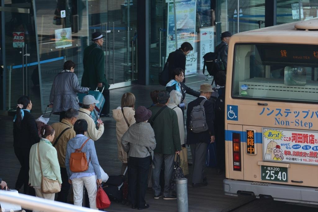 横浜で下船した船客たち