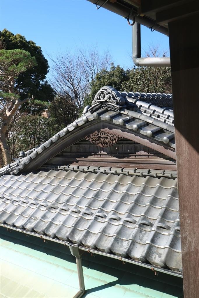 角の杉の間の屋根部分