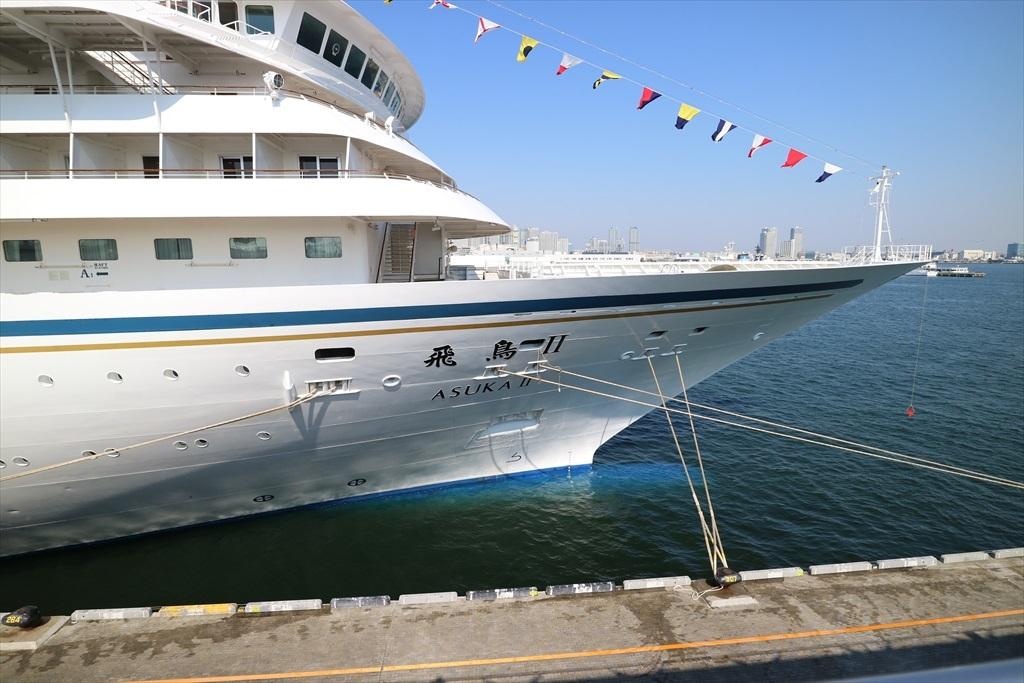船首部分は5本のロープで係留された