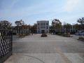 170305校門から旧豊郷小学校校舎正面