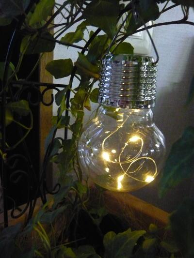ブログ0318電球型ソーラーライト1
