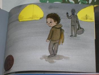 泣く泣く運動場をあとにする男の子