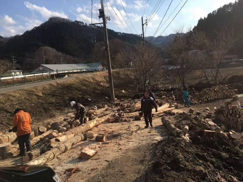 中里地区交流センターの入り口のスロープに置かれていた流木を玉切りしないと薪割りした薪を搬出出来ないので…