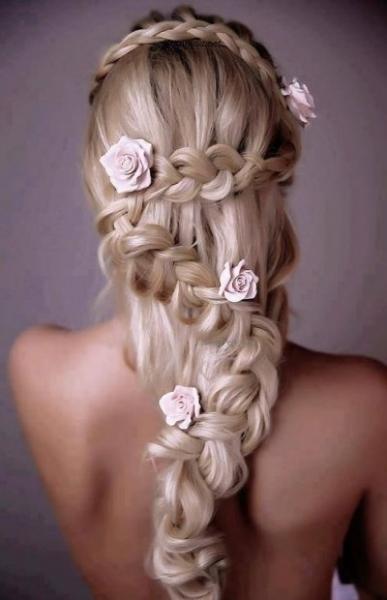 流れる編み目に小バラをあしらった髪型