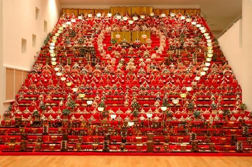 ハート型に並んだぼんぼりが見事な三十段飾り(長野県・須坂アートパーク)
