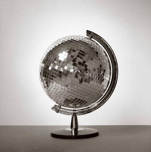 ミラーボール地球儀(スペインの写真家chema madozさんの作品)