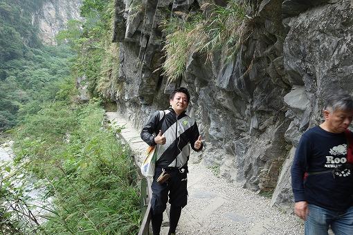 渓谷を行く