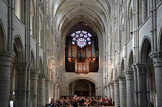 320px-Orgue_et_rosace_ouest_de_la_cathédrale_de_Laon_DSC_0185