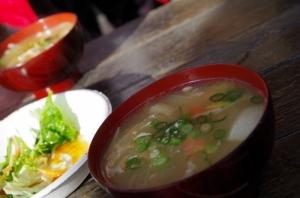 神子元サービスディさざえカレー豚汁 (1)