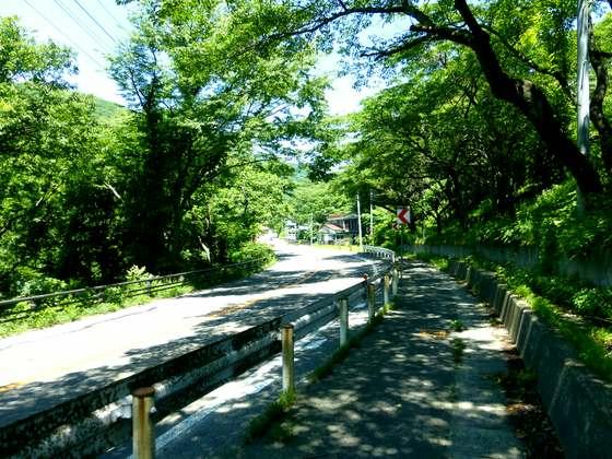 作並温泉を通り抜ける国道48号線