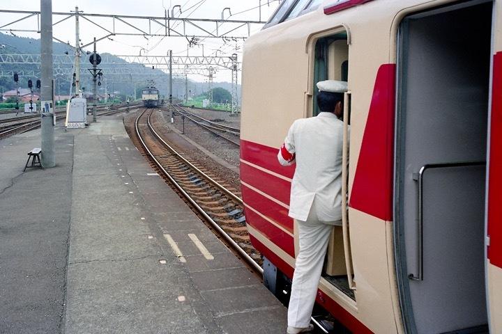 198708横川駅_特急あさま補機EF63連結_01