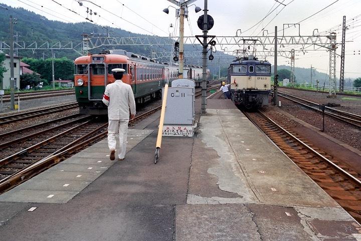 198708横川駅_特急あさま補機EF63連結_02