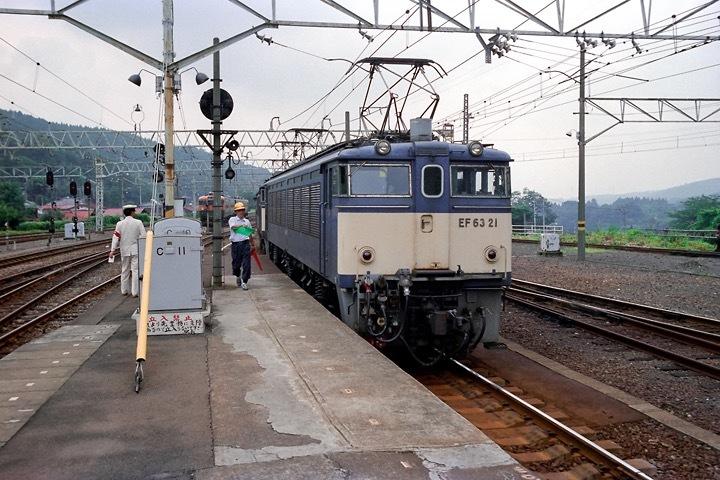 198708横川駅_特急あさま補機EF63連結_03