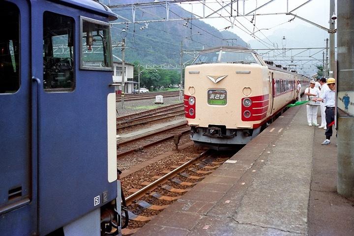 198708横川駅_特急あさま補機EF63連結_04