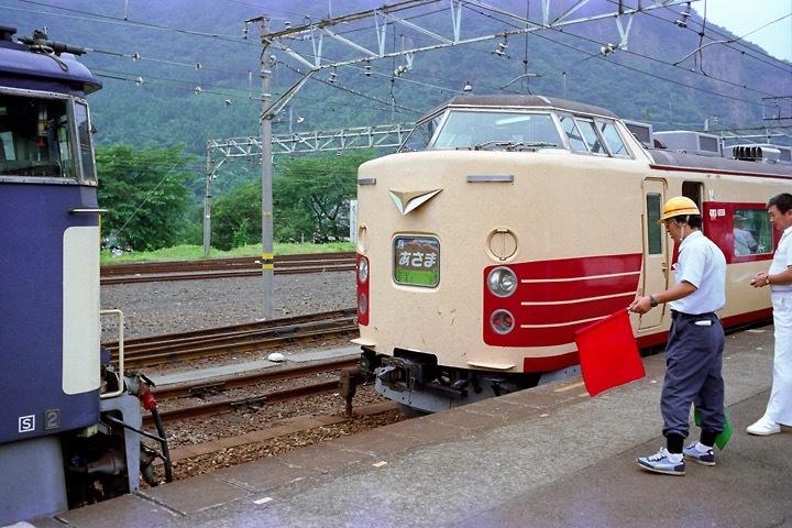 198708横川駅_特急あさま補機EF63連結_05