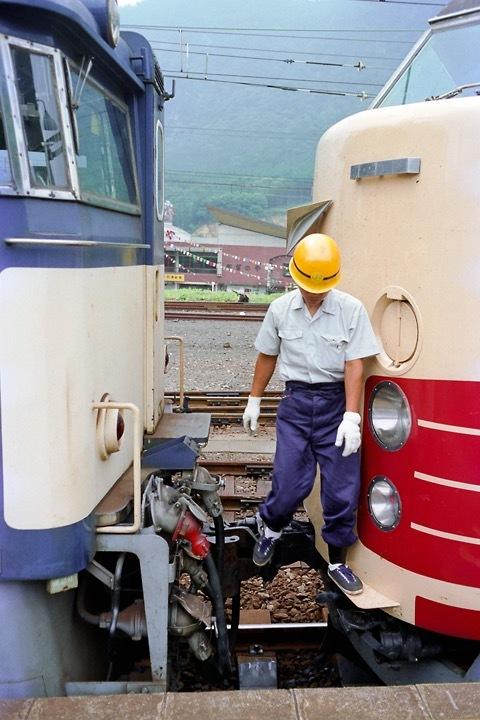 198708横川駅_特急あさま補機EF63連結_07