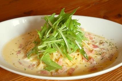 水菜とベーコンのブルーチーズクリームパスタa