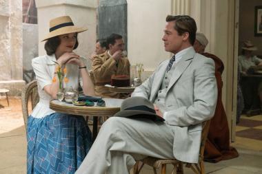 『マリアンヌ』 マリアンヌ(マリオン・コティヤール)とマックス(ブラッド・ピット)の偽夫婦は、作戦成功後に実際に結婚することになる。ちょっとセットっぽい感じが気になる。