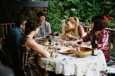 『たかが世界の終わり』 家族が揃って食事をするものの雰囲気は穏やかとは言えない。
