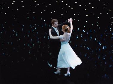 『ラ・ラ・ランド』 ふたりは夜空高く舞い上がって踊る。まさに夢のようなシーン。