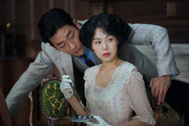 パク・チャヌク 『お嬢さん』 詐欺師の男(ハ・ジョンウ)は秀子(キム・ミニ)に取り入ろうと画策する。