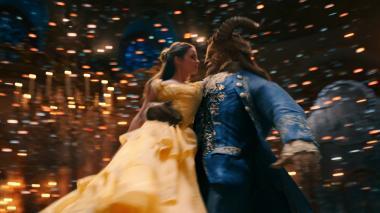 ビル・コンドン 『美女と野獣』 エマ・ワトソン演じるベルと野獣。アニメ版のダンスシーンを見事に再現している。