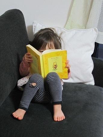 次女、読書中