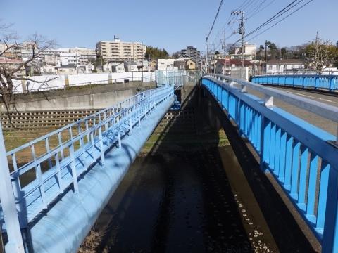 野川を渡る水管橋