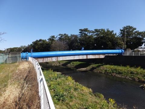 目久尻川を渡る水管橋