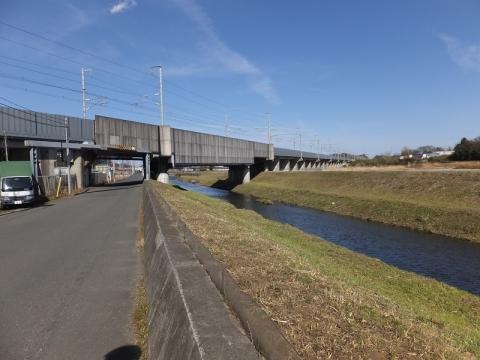 目久尻川・新幹線と交差